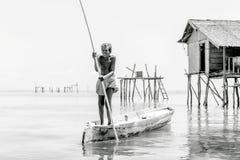 Semporna, Malaysia im Juni 2015: Alte Männer Bajau-Stammes, die kleines Boot in Semporna-Meer, Sabah Semporna, Malaysia rudern Lizenzfreies Stockbild