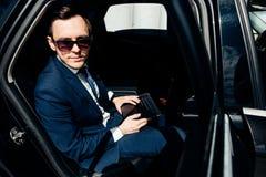 Sempre disponível Homem de negócios novo considerável que trabalha em seu portátil foto de stock royalty free