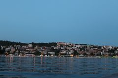 Sen afton på badorten på ön av Ciovo Kroatien arkivfoton