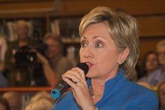 Sen. Clinton, der eine Frage beantwortet Lizenzfreie Stockfotos