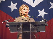 sen Hillary Клинтон (D-NY), супруга бывшего прежнего президента Bill Clinton США, говорит на маленьком утесе, завтраке AK удостоя Стоковые Фото