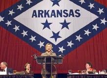 sen Hillary Clinton (D-NY), fru av den tidigare U S Tidigare presidenten Bill Clinton, talar på vaggar lite, att hedra för AK-for Royaltyfri Bild