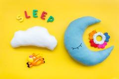 Sen kopia dla dziecko wzoru z księżyc poduszką, chmura, zabawka na żółtego tła odgórnym widoku zdjęcie stock
