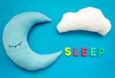 Sen kopia dla dziecko wzoru z księżyc poduszką, chmura, zabawka na błękitnego tła odgórnym widoku zdjęcie stock