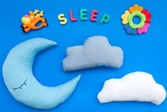 Sen kopia dla dziecko wzoru z księżyc poduszką, chmura, zabawka na błękitnego tła odgórnym widoku zdjęcia stock
