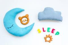 Sen kopia dla dziecko wzoru z księżyc poduszką, chmura, zabawka na białego tła odgórnym widoku fotografia royalty free