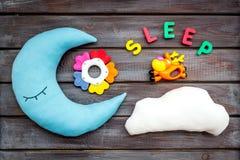 Sen kopia dla dziecko wzoru z księżyc poduszką, chmura, zabawka na drewnianego tła odgórnym widoku zdjęcia royalty free