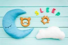 Sen kopia dla dziecko wzoru z księżyc poduszką, chmura, zabawka na mennicy zieleni drewnianego tła odgórnym widoku obraz stock
