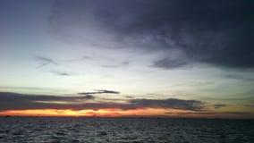 Sen morza popielaty niebo i wieczór światło obraz royalty free