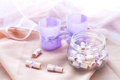Sen pisać na biel staczającym się papierze w szklanym słoju i dwa aromatycznych świeczkach w szklanych candlesticks z lawendą tap Zdjęcia Royalty Free