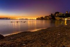Sen solnedgång med en sikt på Syracusa, Sicilien royaltyfria bilder