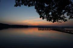 Sen solnedgång vid sjön på det polska Masuria området (Mazury) Royaltyfri Fotografi
