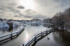 Sen vinterseascapesikt med en sluss och en kanal i disigt ljus Royaltyfria Bilder