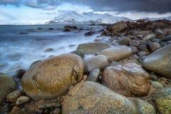 Sen vinterstenstrand på norh av Norge Royaltyfria Bilder