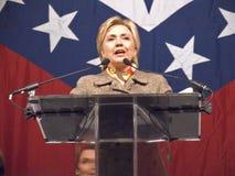 sena 希拉里・克林顿(D-NY),前美国前总统比尔・克林顿的妻子参议员,告诉在小石城,尊敬状态的第一个夫人的在状态标志2004年11月17日前面的AK午餐在小石城, AK S 前总统比尔・克林顿,在小岩城, AK午餐尊敬讲话 库存照片
