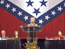 sena 希拉里・克林顿(D-NY),前美国前总统比尔・克林顿的妻子参议员,告诉在小石城,尊敬状态的第一个夫人的在状态标志2004年11月17日前面的AK午餐在小石城, AK S 前总统比尔・克林顿,在小岩城, AK午餐尊敬讲话 免版税库存图片