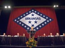 sena 希拉里・克林顿(D-NY),前美国前总统比尔・克林顿的妻子参议员,告诉在小石城,尊敬状态的第一个夫人的在状态标志2004年11月17日前面的AK午餐在小石城, AK S 前总统比尔・克林顿,在小岩城, AK午餐尊敬讲话 库存图片