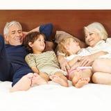 Sena föräldrar med två barn på Royaltyfri Fotografi