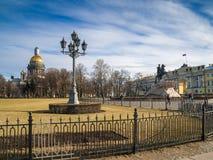 Senaatsvierkant met St Isaac ` s Kathedraal en het monument aan Huisdier Royalty-vrije Stock Foto's