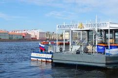 Senado Quay en Neva en St Petersburg, Rusia Fotos de archivo
