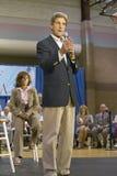 Senador John Kerry, con la esposa Teresa, dirigiéndose a la audiencia de mayores en el centro del Rec de la opinión del valle, He Foto de archivo libre de regalías