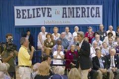 Senador John Kerry que escucha la cuestión del mayor en el centro del Rec de la opinión del valle, Henderson, nanovoltio Imagen de archivo
