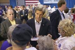 Senador John Kerry que obra recíprocamente con la muchedumbre de mayores en el centro del Rec de la opinión del valle, Henderson, Imagen de archivo