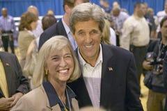 Senador John Kerry que presenta con el asistente en el centro del Rec de la opinión del valle, Henderson, nanovoltio Imagenes de archivo