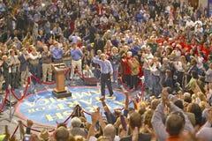 Senador John Kerry se dirige a la audiencia de partidarios en un gimnasio meridional de la High School secundaria de Ohio en 2004 Fotografía de archivo