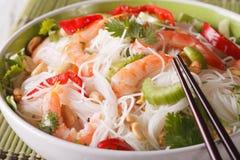 Senador tailandês do woon do 'batata doce' da salada com macro do marisco em uma bacia horizontal Imagem de Stock