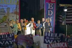 Senador y señora John Kerry que agita de la parte posterior de la parada de silbido Kerry expreso a través del tren de América, G Fotografía de archivo