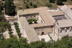Senanque abbotskloster eller Abbaye Notre-Dame de Senanque nära Gordes i Provence Arkivbilder