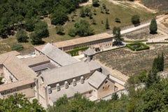 Senanque abbotskloster eller Abbaye Notre-Dame de Senanque nära Gordes i Provence, Royaltyfri Fotografi
