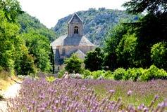 Senanque Abtei mit dem Lavendel archiviert Lizenzfreie Stockfotos