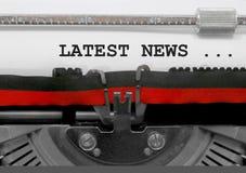 Senast nyheternatext vid den gamla skrivmaskinen på vitbok royaltyfri fotografi