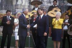 Senator Al Gore rüttelt Hände mit Senator Lloyd Bentsen in Arneson-Fluss während der Clinton-/Gore-Buscapade Kampagne Ausflug 199 Lizenzfreie Stockfotografie