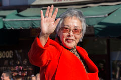 Senator Carol Liu, i den 115. årliga guld- Dragon Parade, Lun Arkivbilder
