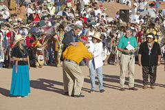 Senator e Sra John Kerry na troca com membro da cerimônia indiana intertribal, Gallup, nanômetro fotos de stock