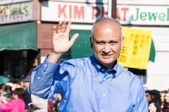 Senator Ed Hernandez, i den 115. årliga guld- Dragon Parade, Arkivfoto