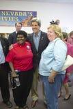 Senator John Kerry poserar med två attendees royaltyfri bild
