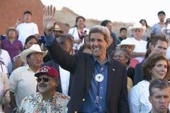 Senator John Kerry que acena na audiência da 83rd cerimónia indiana intertribal, Gallup, nanômetro imagens de stock
