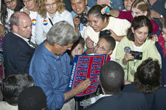Senator John Kerry signing Believe in America campaign sign at Heritage Square, Flagstaff, AZ Stock Images