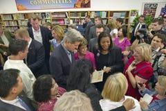 Senator John Kerry som påverkar varandra med attendees fotografering för bildbyråer