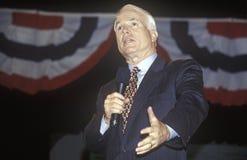 Senator John McCain som talar på presidents- ungdomforum på Anselm College, NH, Januari 2000 Arkivbilder