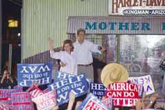 Senator och Fru John Kerry som vågr från backen av visslingstoppkerryen som uttrycks över det Amerika drevet, Gallup, NM John Ker Arkivbilder