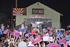 Senatorn John Kerry och familjen som vinkar från etapp på utomhus- Kerry Campaign, samlar, Kingman, AZ Fotografering för Bildbyråer