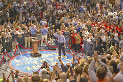 Senatorn John Kerry tilltalar åhörare av supportrar på en sydlig Ohio högstadiumgymnastiksal i 2004 Arkivbild