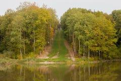 Senda para peatones al lago Imagenes de archivo