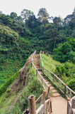Senda para peatones de la cascada de Tad Yueang Imágenes de archivo libres de regalías