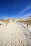 Senda para peatones de madera en dunas Imagen de archivo